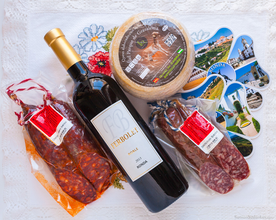 We brought from Ronda some local products: a bottle of red wine, goat cheese and two types of sausages, Chorizo Casero Ibérico and Salchicón Ibérico.
