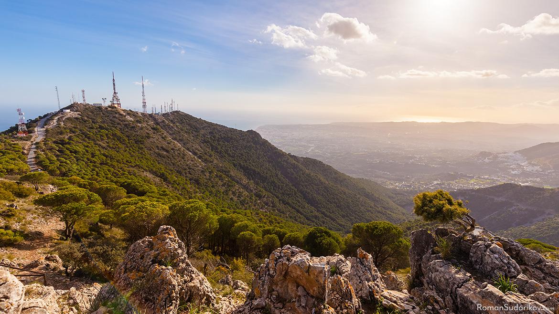 Антенны на горе Серро дель Моро в Бенальмадене. На заднем плане видны Фуэнхирола, Михас и Михас Пуэбло. Фотография заснята с вершины горы Кастильехо. Коста дель Соль, Испания.