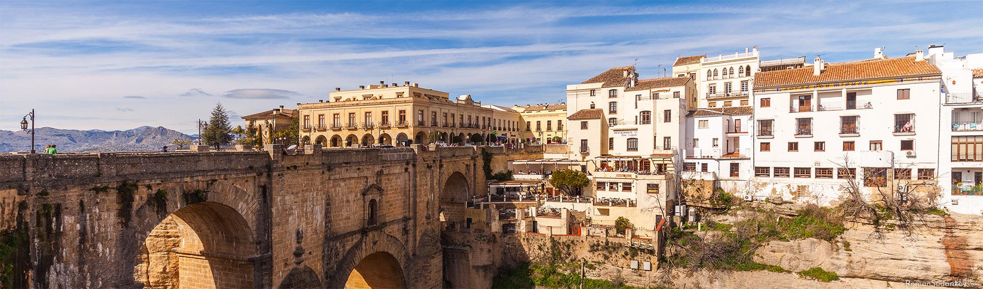 Трёхарочный мост Пуэнте Нуэво, что означает «Новый Мост», через ущелье Эль Тахо, соединяет старую и новую части города. Это вид с его восточной стороны. Андалусия, Испания.