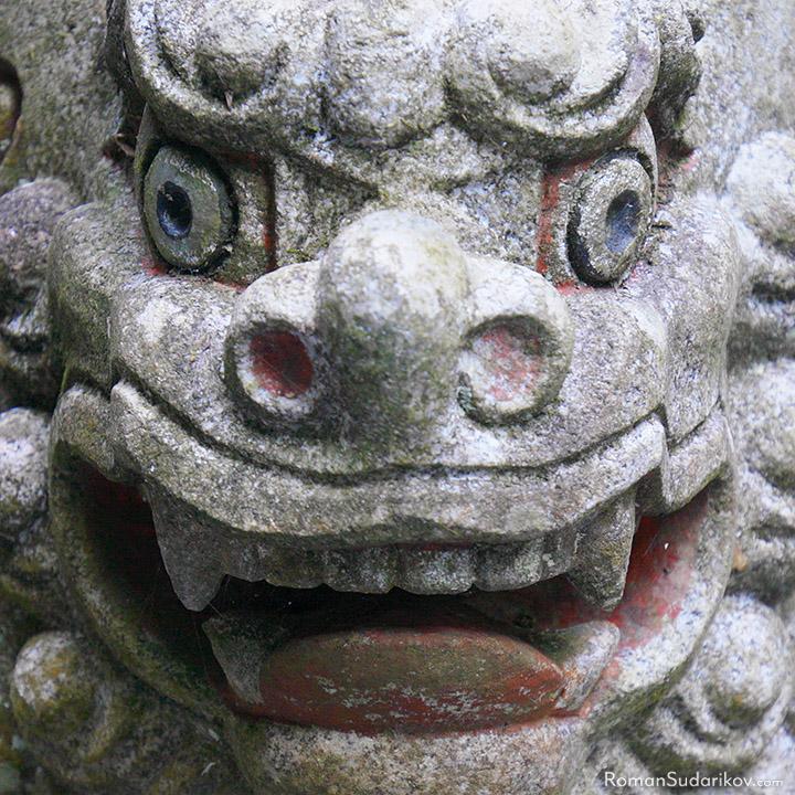 Статуя в храме Кифунэ-дзиндзя, расположенном в горах недалеко от Киото.