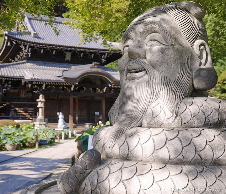 Божество Угаджин перед Главным Залом Храма Мимуротодзи в Удзи